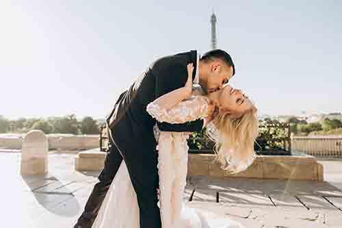 Die Vor- und Nachteile eines Hochzeitsessens im Familien-Stil